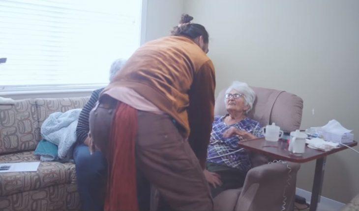 Jason Momoa visita a su abuela en Iowa