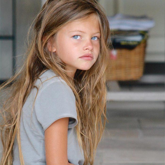 Thylane Blondeau elegida como la niña más bonita del mundo, niña de cabello rubio y largo, de ojos azules y playera gris