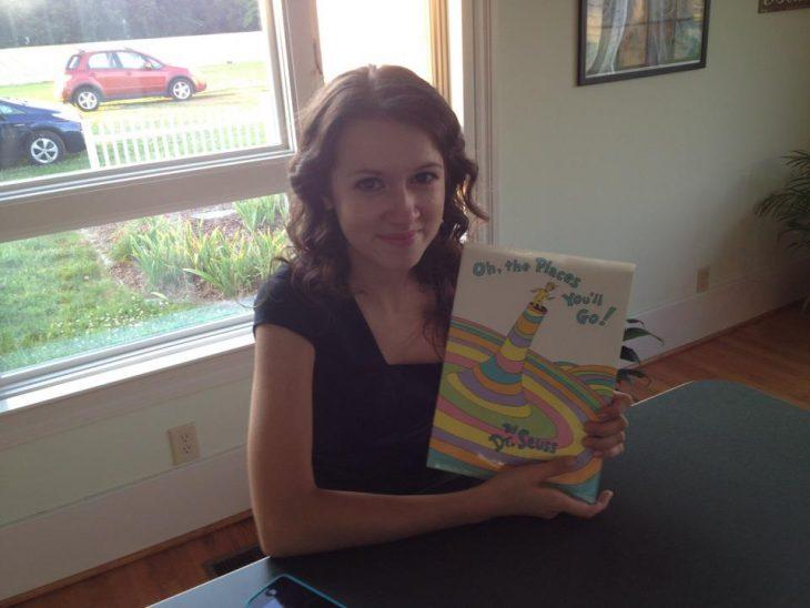 Papá preparó el regalo de graduación de su hija durante 13 años, un libro del Dr. Seuss con cartas de todos sus maestros