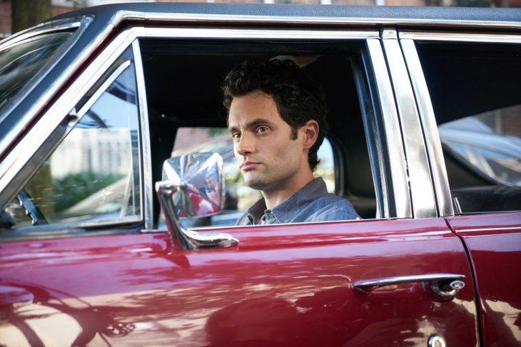 hombre guapo blanco con cabello negro dentro de coche