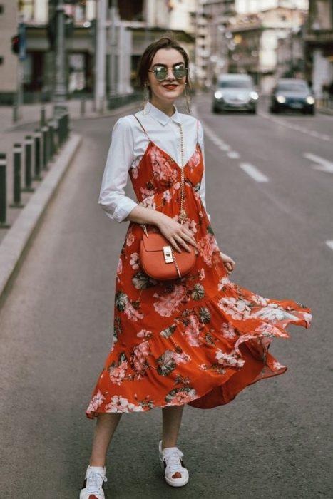chica usando vestido de tirantes