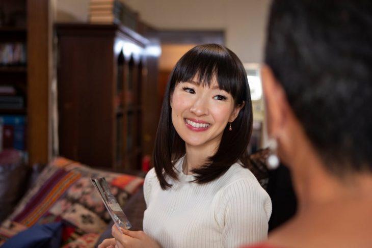 La gurú del orden Marie Kondo tiene su propio programa en Netflix que ayuda a ordenar las casas mujer asiática con fleco