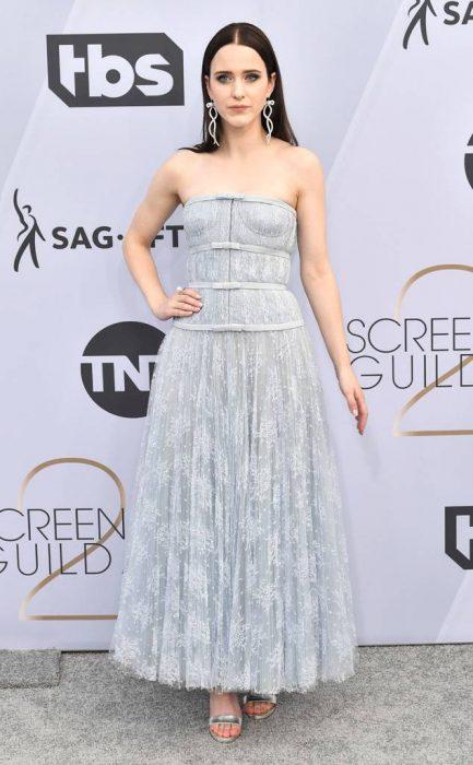 Rachel Brosnahan en los SAG Awards 2019 con un vestido azul es considerada una de las mejores vestidas