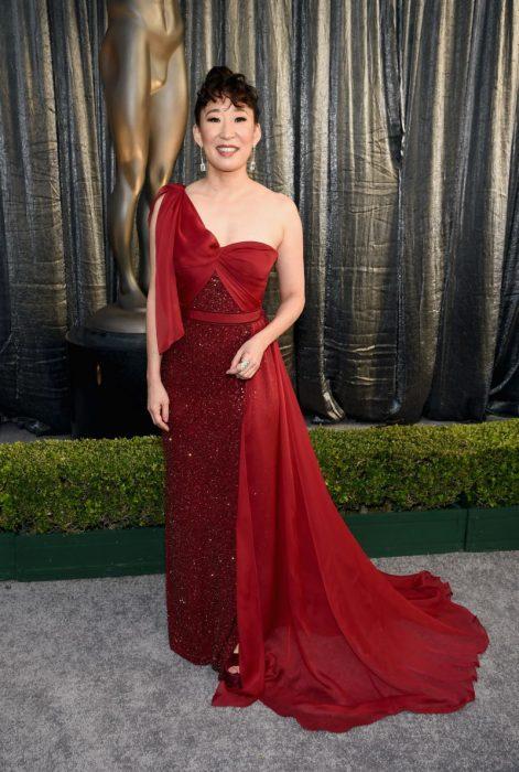 Sandra Oh en los SAG Awards 2019 con un vestido largo y rojo es considerada una de las mejores vestidas
