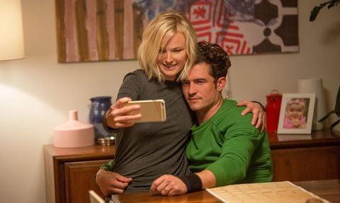 pareja de novios viendo videos en un móvil