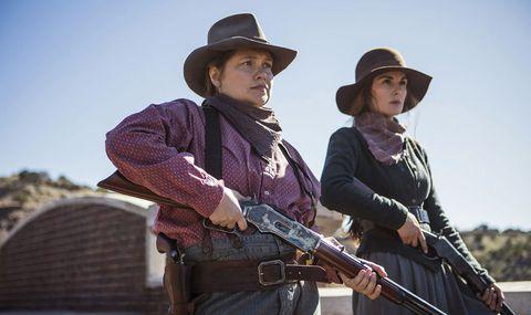 chicas usando ropa del viejo oeste