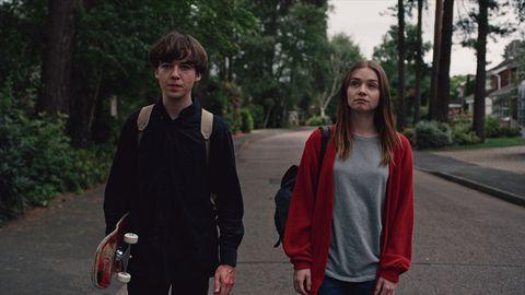 amigos caminando por la avenida