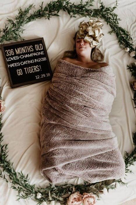 Mujer hizo una sesión de fotos envuelta como un bebé recién nacido