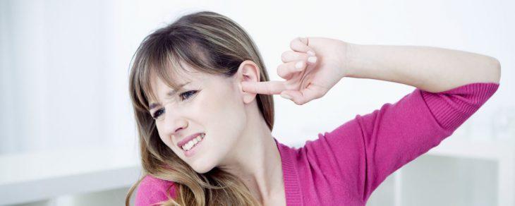 chica picando su oído izquierdo