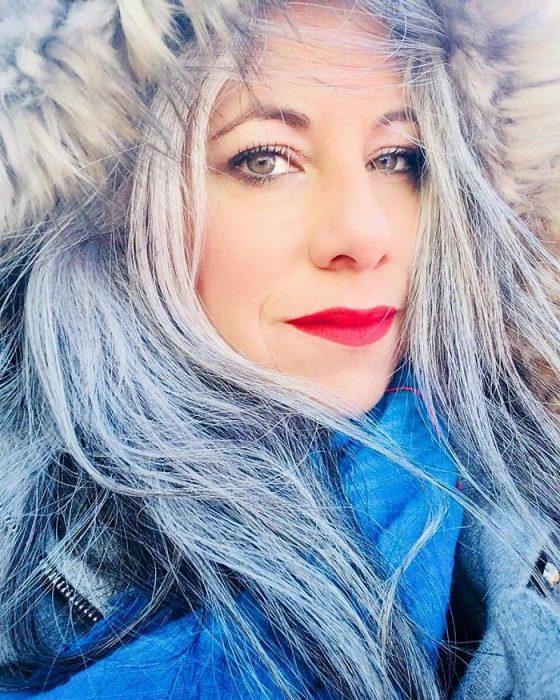 Mujer con canas en el invierno