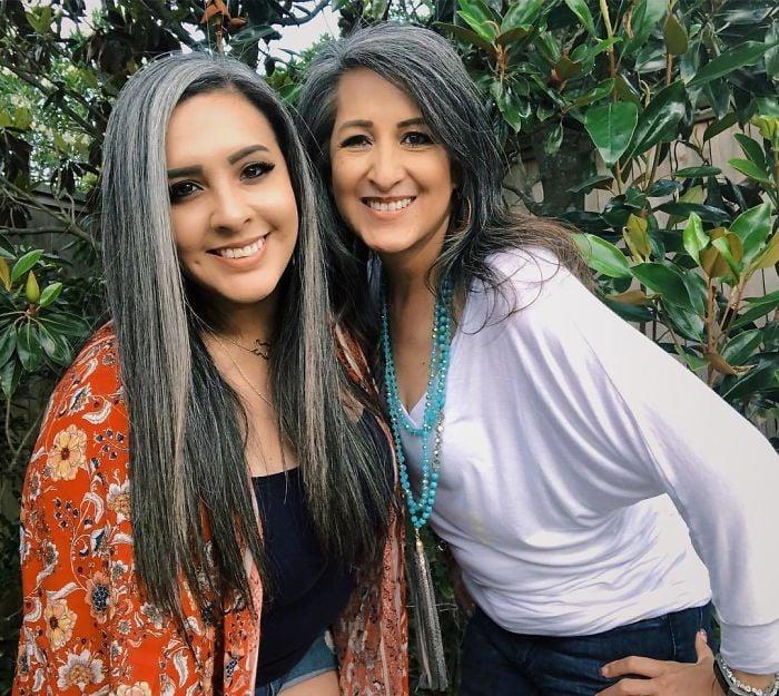 Madre e hija con el cabello plateado