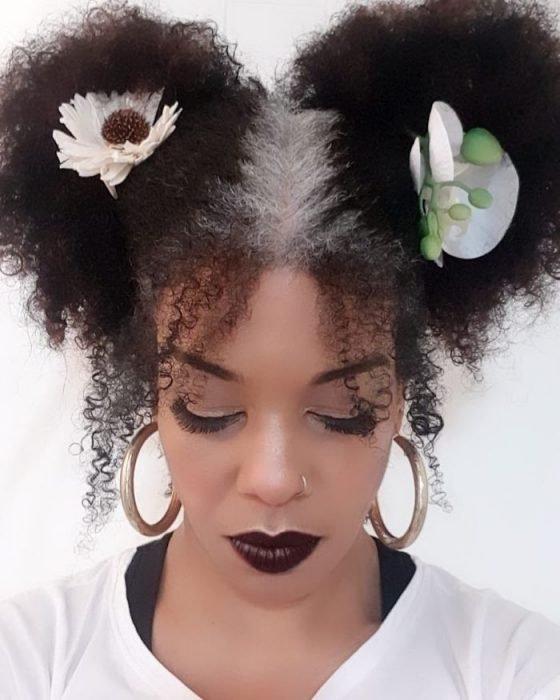 Mujer con un mechón de cabello con canas
