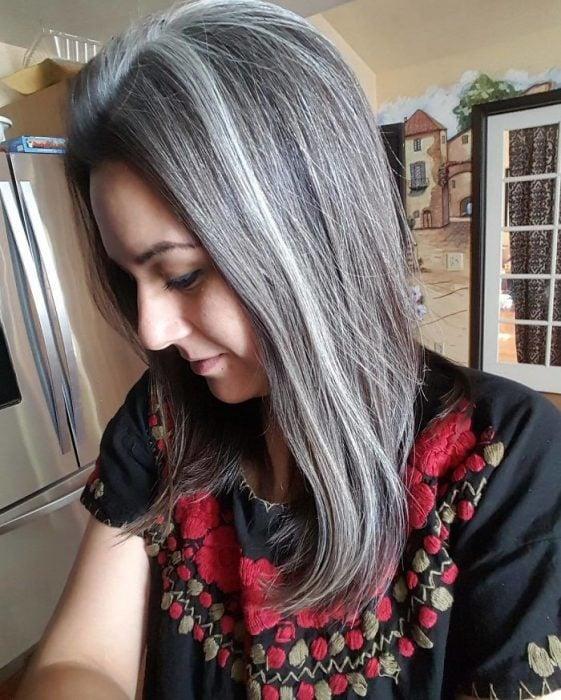 Mujer con el cabello color plateado