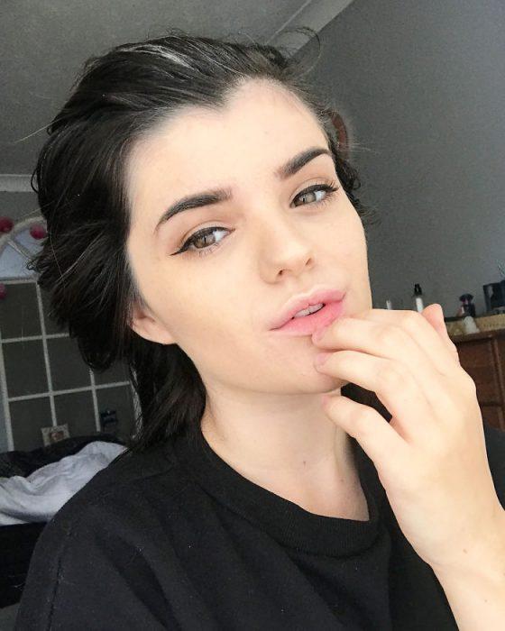 Chica con el cabello canoso