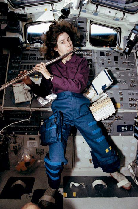 mujer viajando al espacio