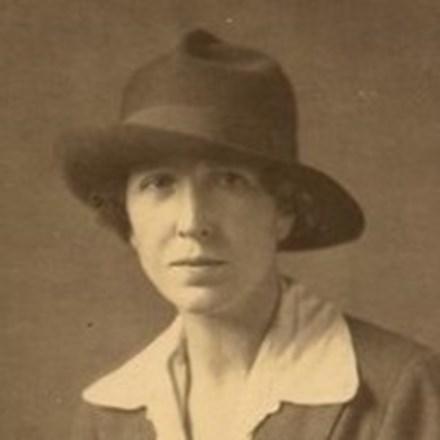 mujer usando un sombrero
