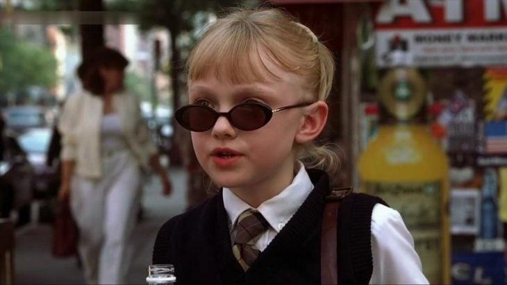 niña usando gafas y maletin