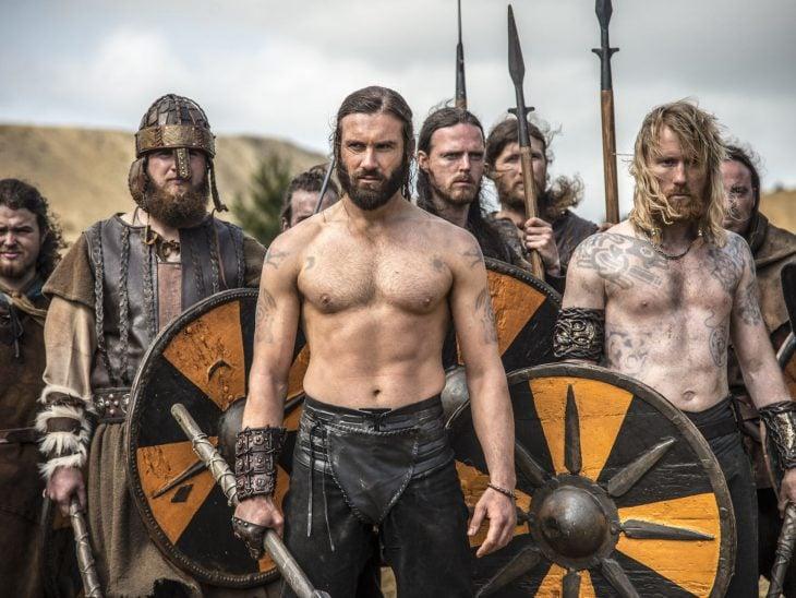 Rollo de la serie Vikingos, hombres nórdicos con armaduras