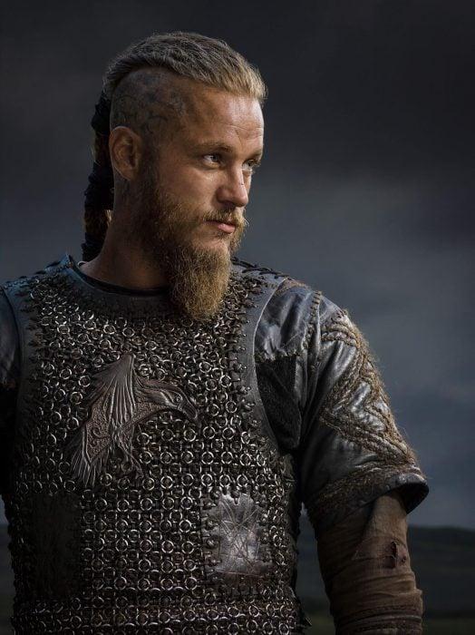 Ragnar Lothbrok de la serie Vikingos, hombre rubio nórdico
