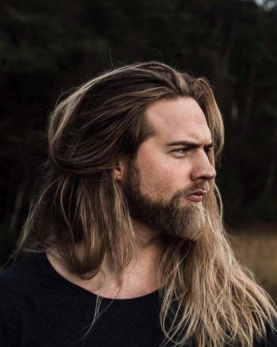 Lasse matberg, hombre nórdico de cabello rubio y largo