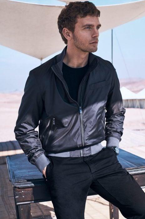 Benjamin eidem, hombre nórdico de cabello rubio y corto con chaqueta de cuero