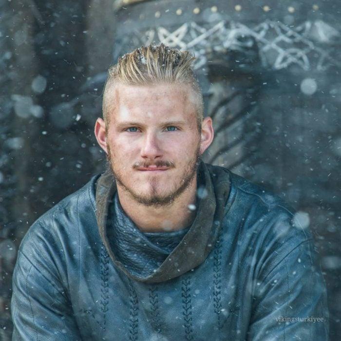 Bjorn Ironside de la serie Vikingos, hombre nórdico rubio