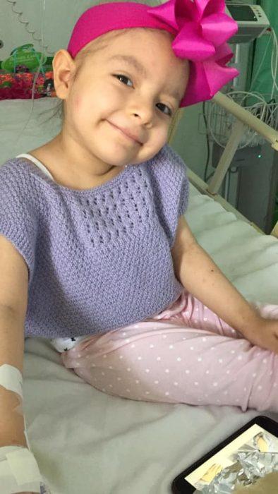niña tomando una selfie y sonriendo