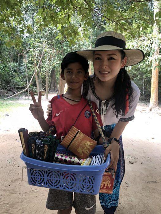Niño habla más de diez idiomas para poder vender recuerdos a los turistas