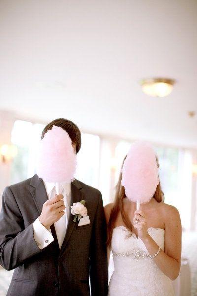 recien casados comiendo algodones de azúcar