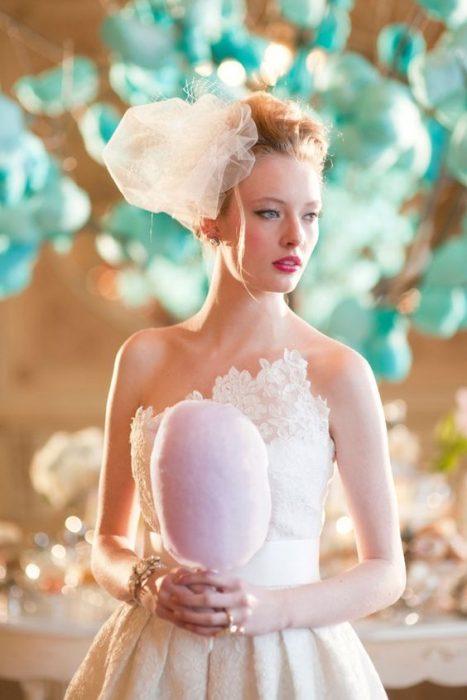 chica sosteniendo un ramo de algodón de azúcar