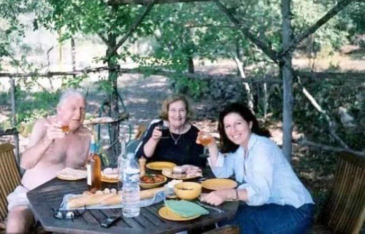 Después de 70 años juntos, pareja de viejitos se va de este mundo al mismo tiempo y tomados de la mano