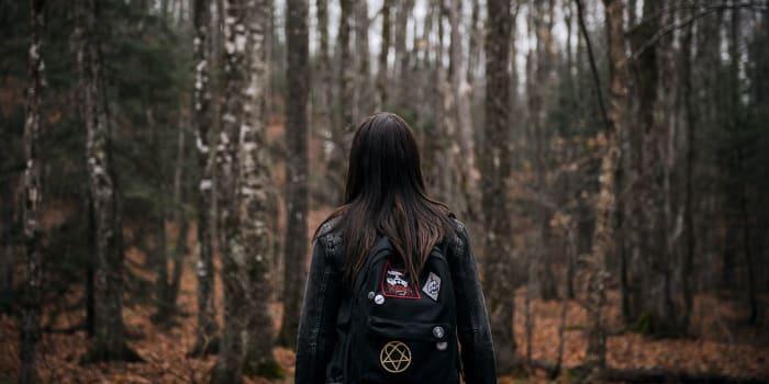 chica a mitad del bosque