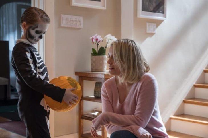 mamá e hijo revisando dulces