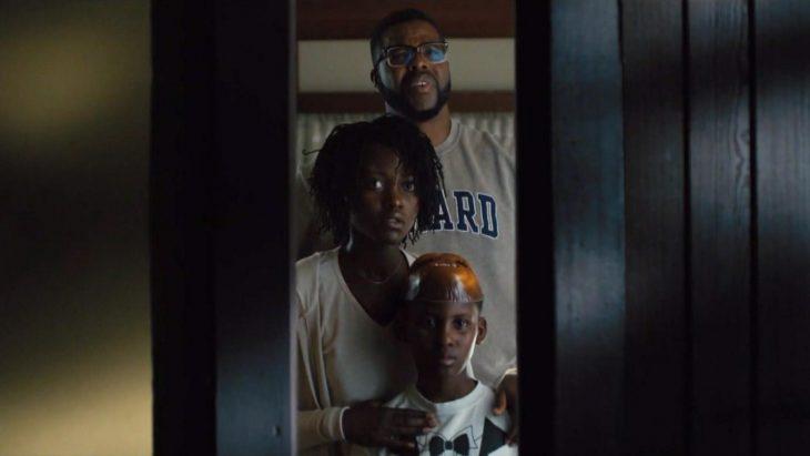 familia tras una puerta
