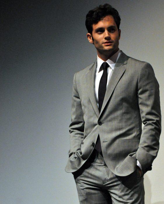 hombre guapo blanco con cabello negro traje gris con corbata