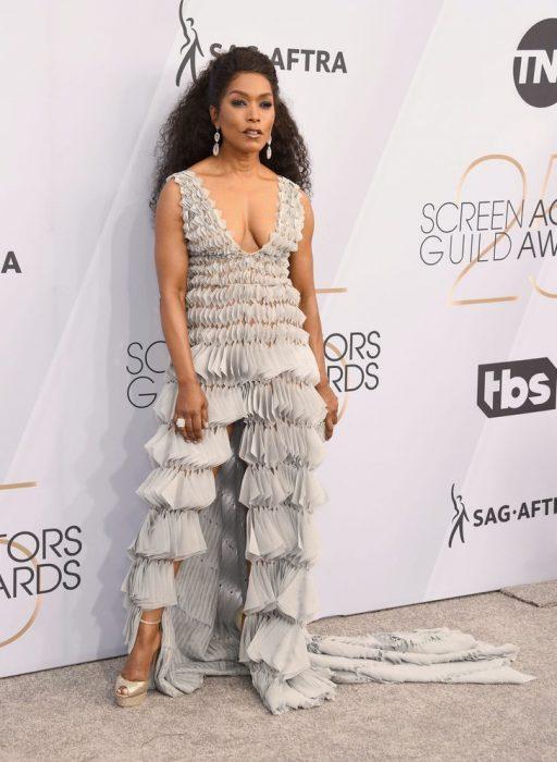 Angela Basset en los SAG Awards 2019 con un vestido gris con holanes es considerada una de las peores vestidas