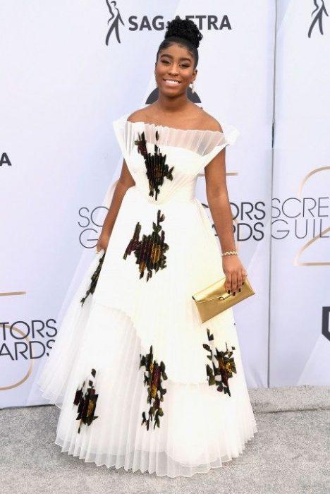 Lyric Ross en los SAG Awards 2019 con un vestido plisado blanco es considerada de las peores vestidas