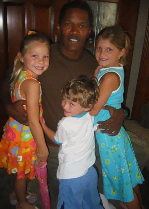 niños abrazando a su tío