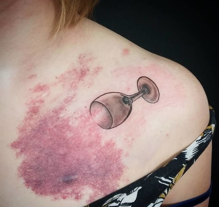 tatuaje de copa de vino derramándose