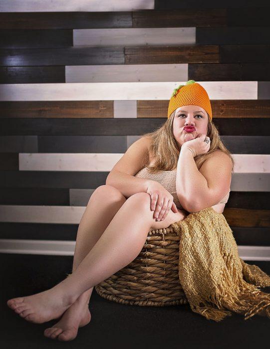 chica dentro de una cesta de madera