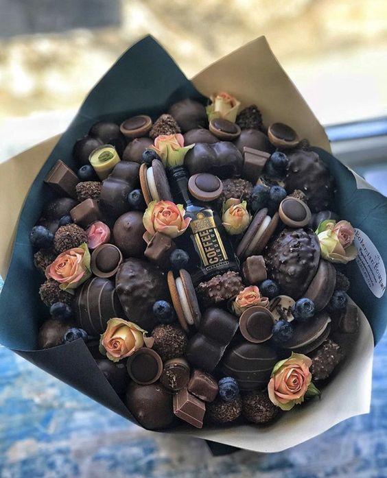 ramo hecho con chocolates pequeños