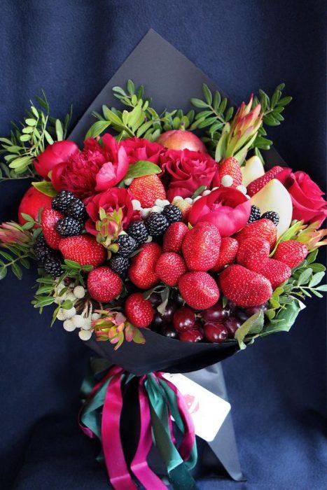 ramo con fresas y moras