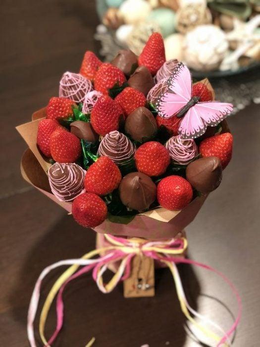 ramo hecho con fresas y chocolate