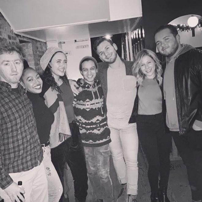 grupo de amigos de fiesta y sonriendo