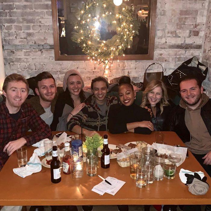 grupo de amigos cenando en un restaurante