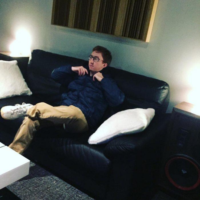 chico recostado en un sofá