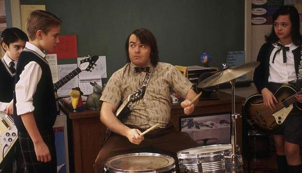 hombre tocando la batería