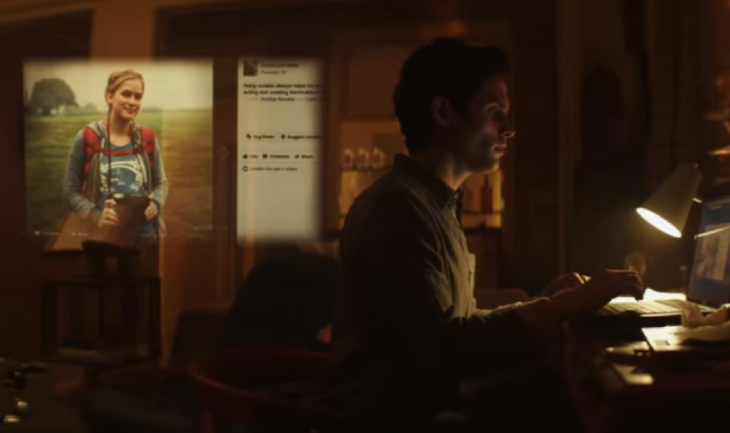 Hombre en la computadora revisando el perfil de una chica