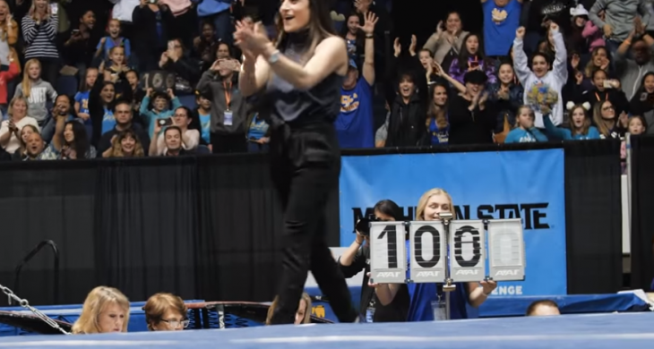 mujer aplaudiendo con 100 competencia gimnasia