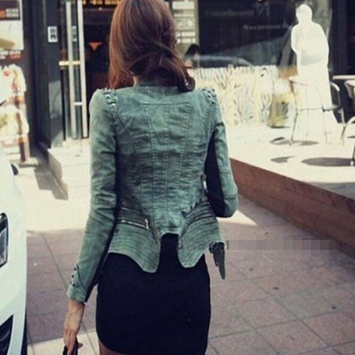 mujer con chaqueta con hombreras